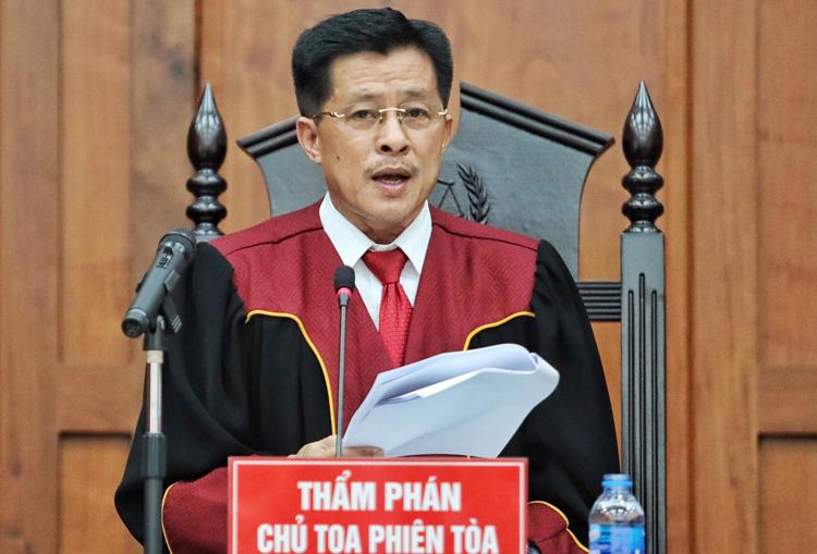 Thẩm phán Nguyễn Hữu Ba đoạc bản án. Ảnh: Thành Nguyễn.