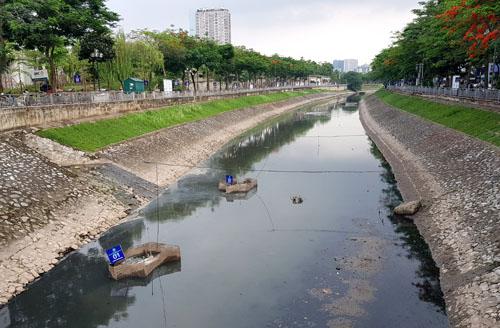 Khúc sông Tô Lịch đang thí điểm làm sạch bằng công nghệ Nhật Bản. Ảnh: Tất Định