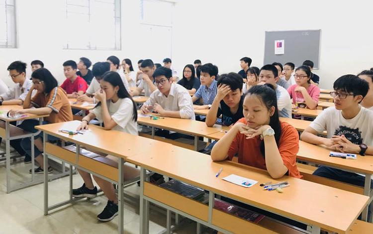 Thí sinh làm thủ tục thi vào trường Chuyên Ngoại ngữ. Ảnh: Chuyên Ngoại ngữ