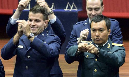 Thượng úy Toại (phải) bẻ huy hiệu trong lễ tốt nghiệp hôm 31/5. Ảnh: USAF.