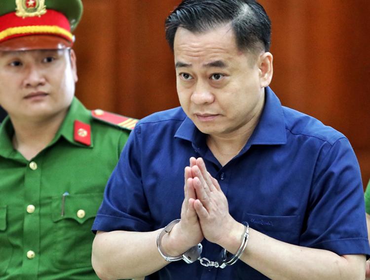 Vũ chào người thân tham dự phiên tòa chiều nay. Ảnh: Thành Nguyễn.