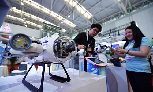 Mẫu robot hoạt động dưới nước trong một triển lãm khoa học và công nghệ tình báo ở Thiên Tân, Trung Quốc hôm 17/5/2018. Ảnh: Xinhua.