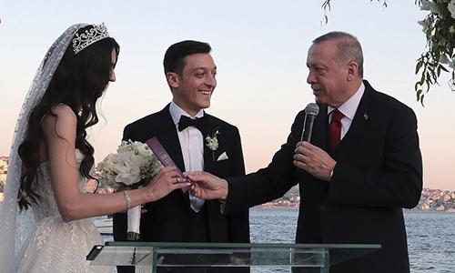 Tổng thống Thổ Nhĩ Kỳ Recep Tayyip Erdogan (phải) làm phù rể tại đám cưới của tiền vệ Mesut Ozil hôm 7/6 ở thành phố Istanbul. Ảnh: AP
