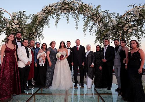 Tổng thống Erdogan và phu nhân (giữa) chụp ảnh tạiđám cưới của tiền vệ Mesut Ozil hôm 7/6 ở thành phố Istanbul. Ảnh: Reuters
