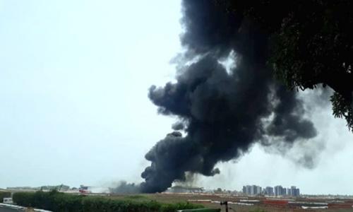 Khói đen bốc lên từ đám cháy do thùng nhiên liệu rơi xuống đường băng ở Ấn Độ ngày 8/6. Ảnh: Hải quân Ấn Độ.