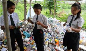 Ngôi trường thu rác nhựa thay học phí ở Ấn Độ
