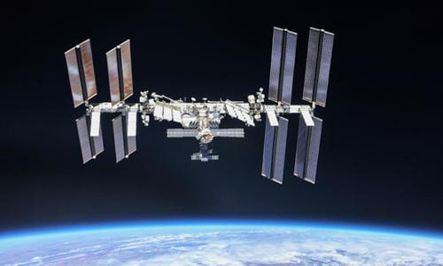 Trạm Vũ trụ Quốc tế (ISS) bay xung quanh Trái Đất. Ảnh: Guardian.