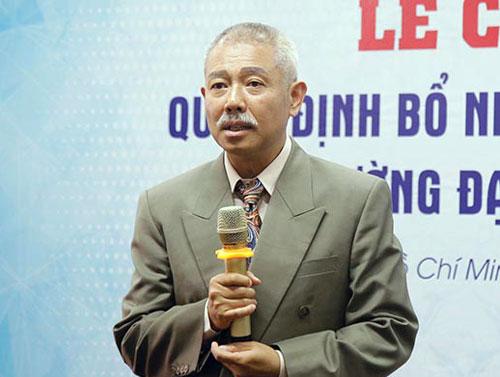 GS Trương Nguyện Thành nhận quyết địnhbổ nhiệm Phó hiệu trưởng. Ảnh: Đại học Văn Lang.