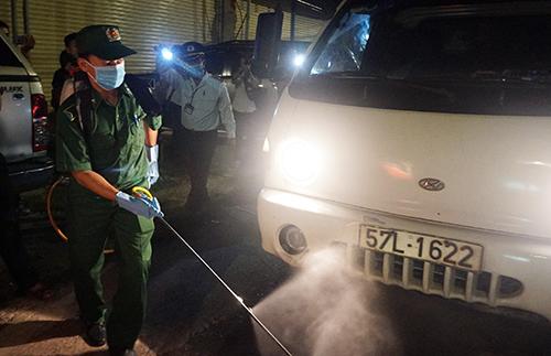 Tiêu độc khử trùng tại trạm kiểm dịch dã chiến.