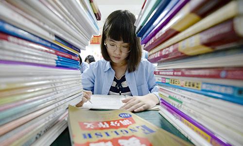 Một nữ sinh Trung Quốc ôn luyện cho kỳ thi đại học gaokao. Ảnh: AFP