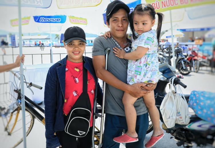Vợ chồng chị Giang và anh Phúc dẫn cô con gái 4 tuổi đi làm thủ tục cuộc thi. Ảnh: Hữu Khoa