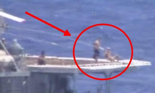 Thủy thủ Nga tắm nắng khi hai tàu chiến áp sát nhau. Ảnh: US Navy.