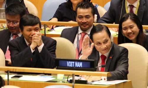 Thứ trưởng Ngoại giao Lê Hoài Trung (hàng đầu, phải) và phái đoàn Việt Nam cảm ơn các nước đã vỗ tay chúc mừng khi trúng cử HĐBA tại New York ngày 7/6. Ảnh: TTXVN.