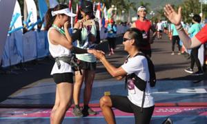 Chàng trai quỳ gối cầu hôn bạn gái sau khi về đích cuộc đua marathon