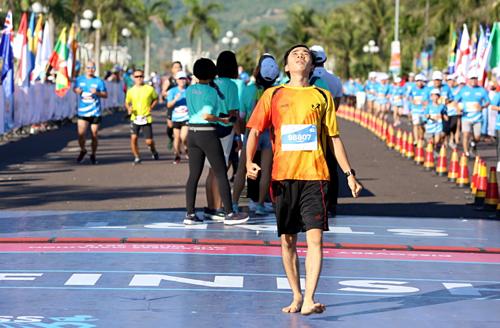 Hoanh về đích với đôi chân trần chinh phục 42 km ở Quy Nhơn. Ảnh: Phước Tuấn