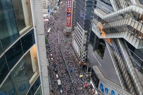 Một con phố ở Hong Kong kẹt cứng vì người biểu tình phản đối dự luật hôm nay. Ảnh: AFP.