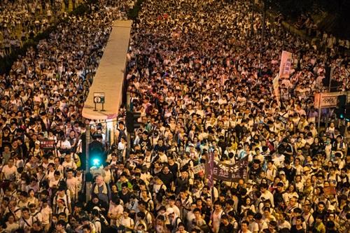 Đám đông khổng lồ giơ cao các khẩu hiệu phản đối trên các tuyến phố ở Hong Kong hôm nay. Ảnh: AFP.