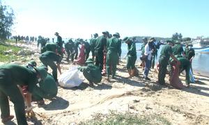2.000 người thu gom rác tại cảng cá ở Quảng Ngãi