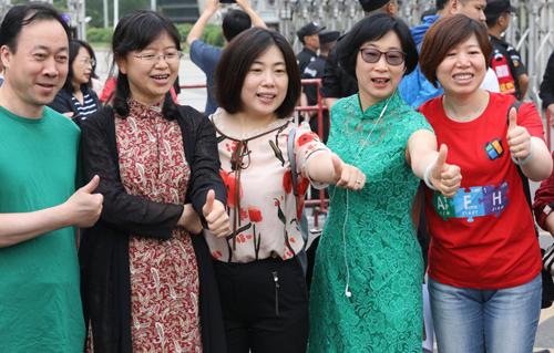 Nhiều phụ huynh Trung Quốc mặc xường xám cổ vũ con thi đại học. Ảnh: Simon Song