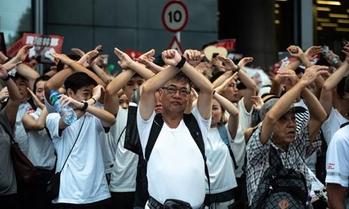 Người biểu tình Hong Kong giơ tay thành hình chữ X để thể hiện sự phản đối với dự luật dẫn độ ngày 9/6. Ảnh: AFP.