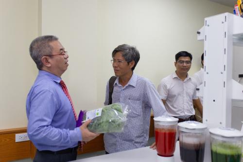 Các nhà khoa học đến tham quan trung tâm và quy trình kiểm nghiệm nông sản tại đây.