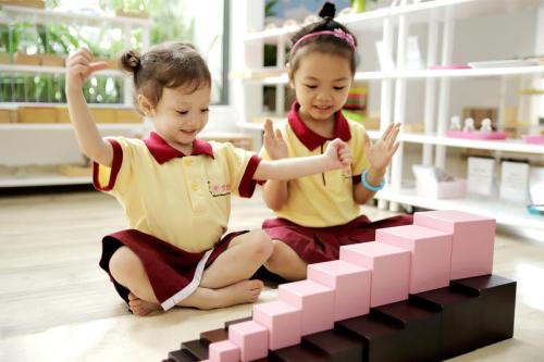 Kỹ năng giao tiếp là một trong những kỹ năng quan trọng người lớn cần trang bị cho trẻ.