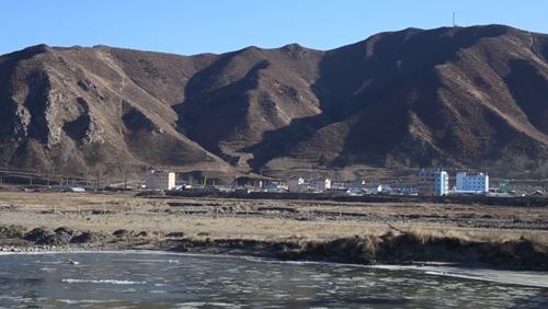 Triều Tiên và sông Đồ Môn nhìn từ thành phố Diên Cát, tỉnh Cát Lâm, Trung Quốc. Ảnh: CNN.