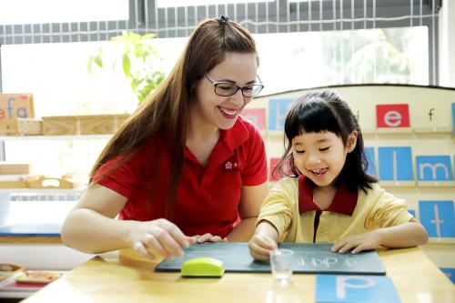 Học sinh trường Sakura Montessori chủ động tương tác với thầy cô giáo trong các giờ học.