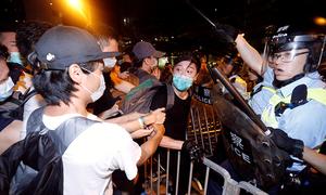 Đụng độ lúc rạng sáng giữa người biểu tình và cảnh sát Hong Kong