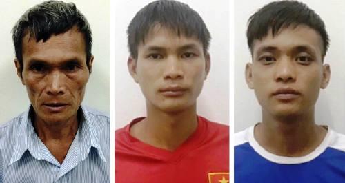 Ông Sồi ( bên trái) cùng hai con trai tại cơ quan điều tra. Ảnh: C.A