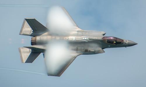 Tiêm kích F-35A Mỹ bay biểu diễn hồi tháng 5. Ảnh: USAF.