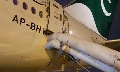 Cầu trượt kích hoạt sau khi cửa thoát hiểm mở trên máy bay của PIA hôm 8/6. Ảnh: