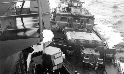 Tàu Bezzavetnyy trong lúc đâm vào mạn trái USS Yorktown. Ảnh: US Navy.
