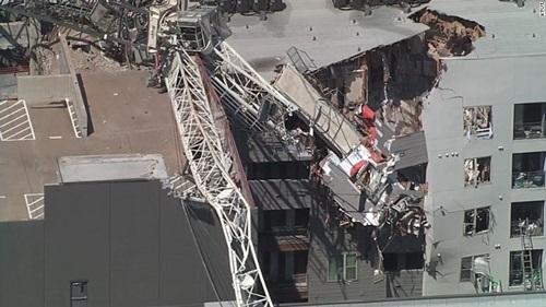 Hiện trường cần cẩu bị sập làm hư hạinhiều căn hộ chung cư ở Dallas, bang Texas, Mỹ chiều 9/6. Ảnh: CNN.