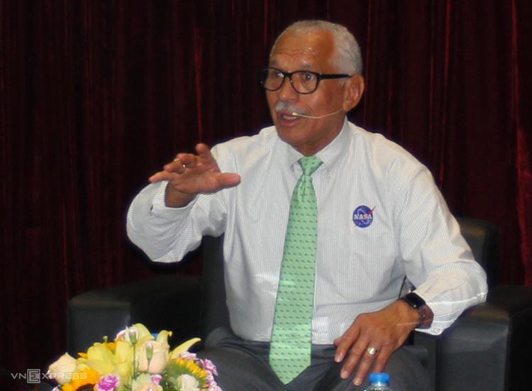 Ông Charles Frank Bolden Jr. chia sẻ tại buổi tọa đàm chiều 10/6 tại Hà Nội. Ảnh: ML.
