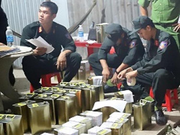 Cảnh sát thu giữ tang vật sản xuất xăng giả. Ảnh: Công an cung cấp.