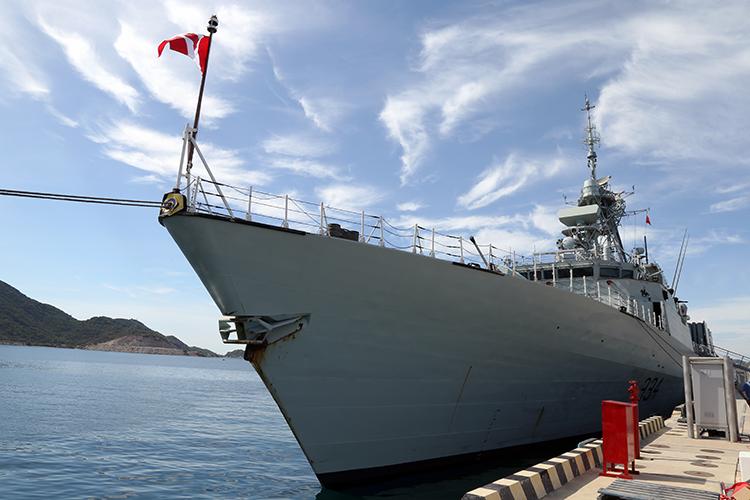 Tàu HMCS Regina của Hải quân Canada cập cảng quốc tế Cam Ranh.