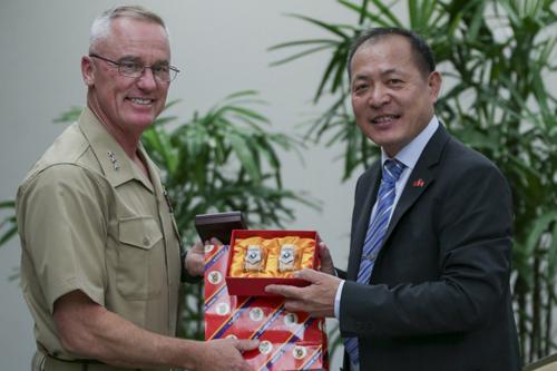 Thiếu tướng Đài Loan Liu Erh-jung (phải) trao đổi quà với Trung tướng MỹH. Stacy Clardy III tại hội nghị chuyên đề ở Hawaii hôm 5/6. Ảnh: Thủy quân Lục chiến Mỹ.