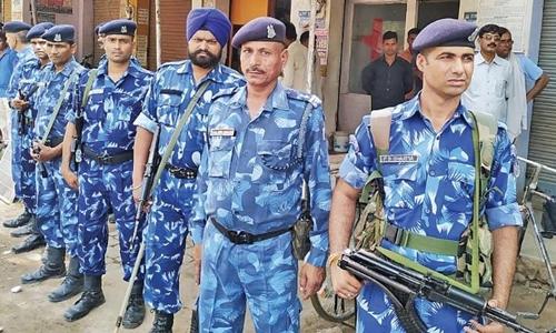 Cảnh sát vũ trang đi tuần tại Tappal hôm 9/6. Ảnh: India Today.