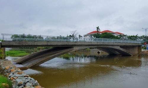 Cầu Lợi Nông đã hoàn thiện hơn 6 tháng song không sử dụng được vì thiếu đường dẫn. Ảnh: Võ Thạnh