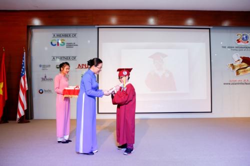 Các em lần lượt được thực hiện nghi thức công nhận hoàn thành chương trình tiểu học, đồng thời nhận những phần thưởng cho nỗ lực và thành tíchmình đạt được.