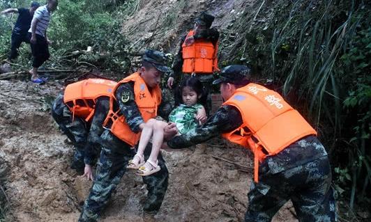 Cứu hộ đưa người dân thôn Sam Khê, thành phố Cát An, tỉnh GiangTây, tới nơi sơ tán. Ảnh: Xinhua.