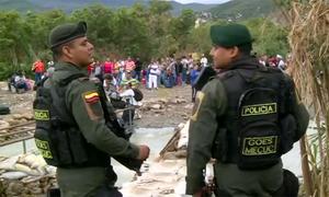 Cảnh sát Colombia chặn 'cầu khỉ' ngăn người Venezuela vượt biên