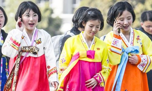 Những phụ nữ ở Bình Nhưỡng sử dụng điện thoại di động thông minh. Ảnh: Kyodo News.