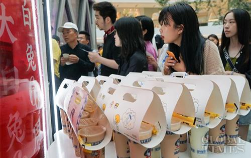 Khách xếp hàng mua trà sữa White Rabbit tại trung tâm thương mại CapitaMall LuOne ở Thượng Hải. Ảnh: Global Times