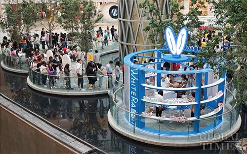 Dòng người xếp hàng nhiều giờ liền để mua trà sữa White Rabbit  tại trung tâm thương mại CapitaMall LuOne ở Thượng Hải. Ảnh: Global Times