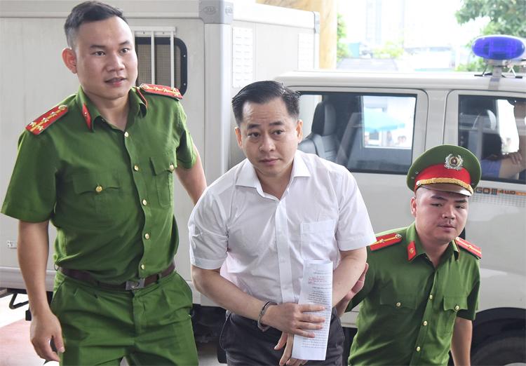 Vũ Nhôm bị áp giải đến tòa trong sáng 11/6. Ảnh: Giang Huy