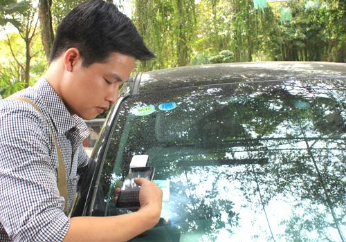 Thẻ thu phí không dừng lắp đặt trên kính trước xe. Ảnh: Anh Duy.