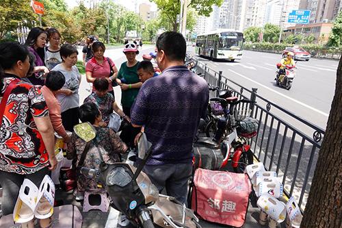 Những người đầu cơ trà sữa White Rab tụ tập một góc bên ngoài trung tâm thương mại CapitaMall LuOne ở Thượng Hải. Ảnh: Shine