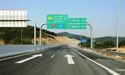 Đi thẳng có cần giảm tốc độ theo biển báo ở làn rẽ?